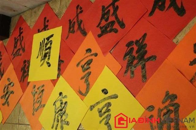 Xin chữ đầu năm là một phong tục đẹp của người Việt. Ngày xưa, khi chữ Hán  còn thịnh hành thì người ta đến xin chữ các ông Đồ, ông Tú, ...