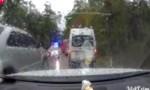 [VIDEO] Ôtô chạy ngược chiều gặp công an bèn đi lùi