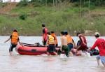 Húc vào trụ cầu, hai thanh niên văng xuống sông