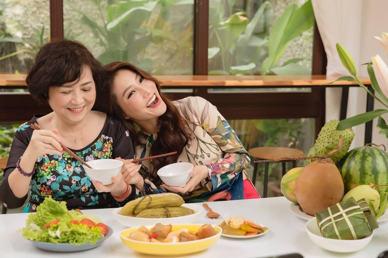 Diễm My 9X cùng mẹ trang hoàng nhà cửa đón Tết