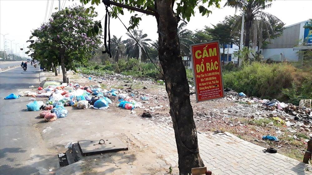 TPHCM: Nhiều bãi rác sặc mùi hôi thối mọc lên sau Tết