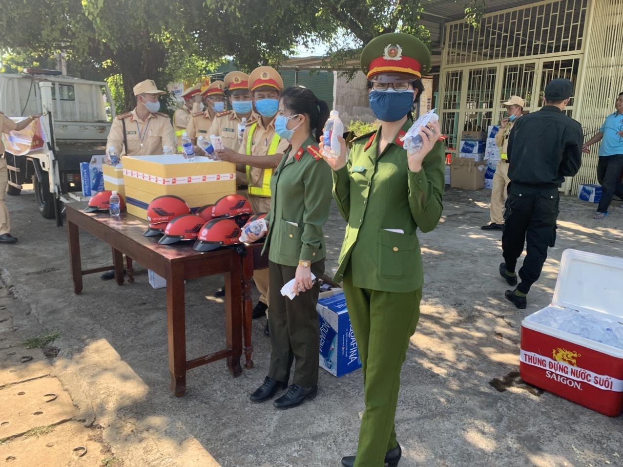 Đắk Nông: Cảnh sát giao thông phát nước, mũ bảo hiểm miễn phí cho người dân