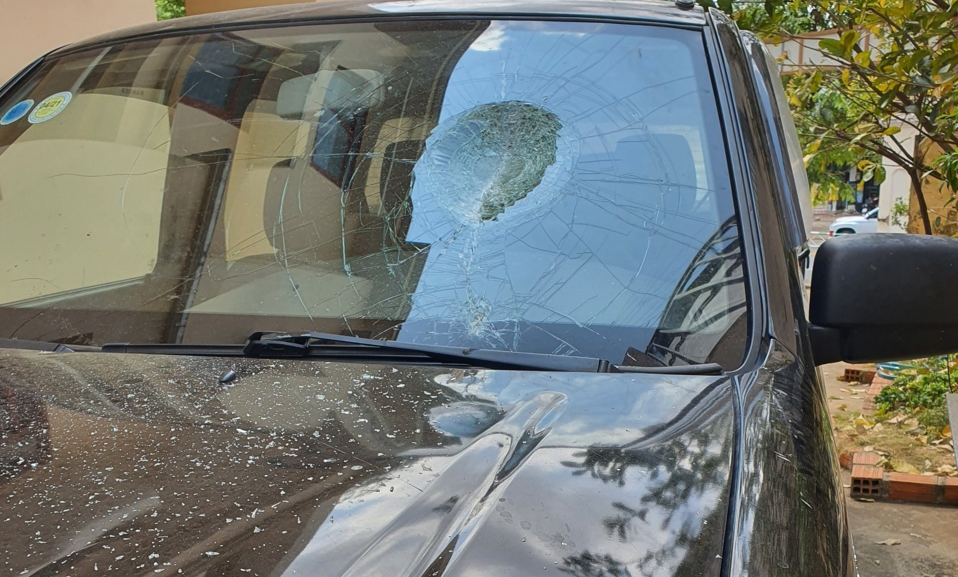Giám đốc ban quản lý dự án đập vỡ kính ôtô đậu trước nhà