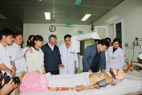 Bộ trưởng Trịnh Đình Dũng thăm hỏi, động viên các nạn nhân vụ sập giàn giáo ở Vũng Áng