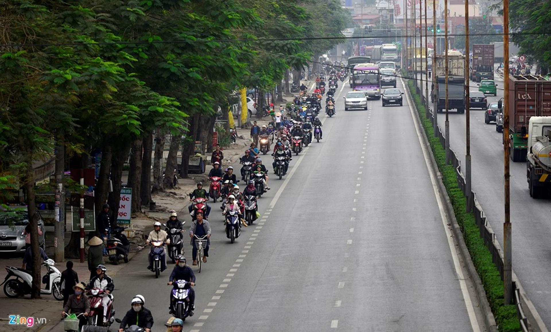 Những người từ địa phương khác về đất cảng ngạc nhiên khi thấy trên đường Nguyễn Văn Linh dài gần 10 km, người lái xe máy nghiêm chỉnh chấp hành luật giao ...
