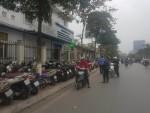 """Hà Nội: """"Nhốn nháo"""" bãi gửi xe trước cổng bệnh viện Thanh Nhàn"""