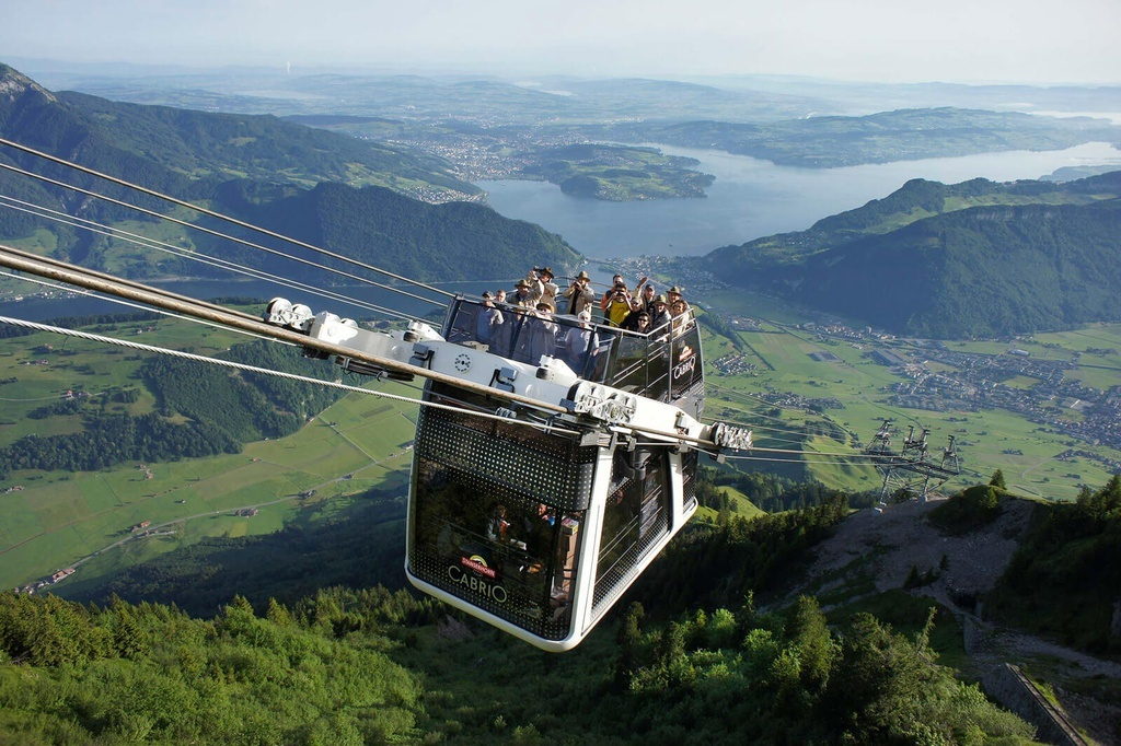 Cáp treo lên núi cho du khách ngồi trên nóc