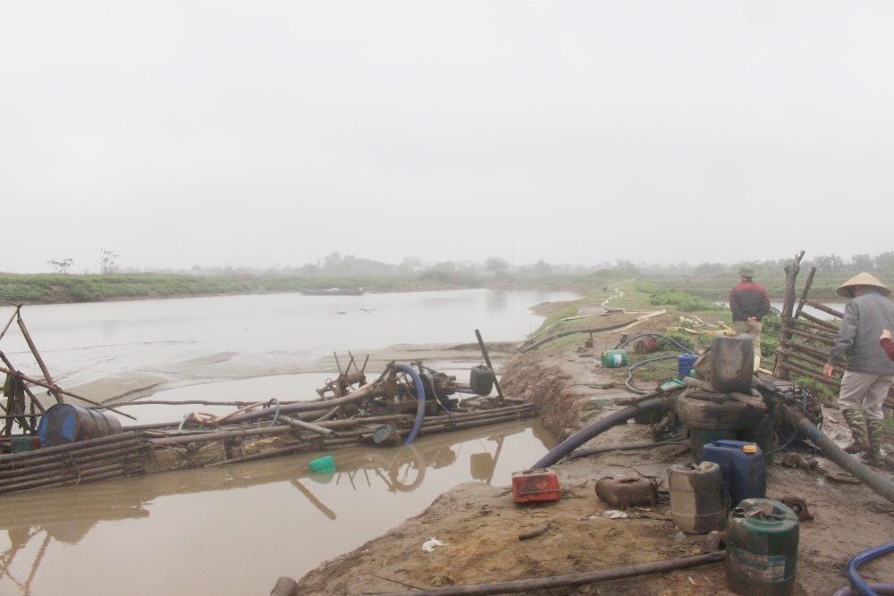 """Thanh Hóa: """"Núp bóng"""" nuôi tôm để khai thác cát trái phép tại Nga Sơn"""
