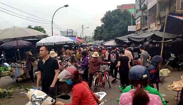 Nghệ An: Người dân thành phố Vinh chen chúc mua bán, tích trữ thực phẩm trước tin đồn thất thiệt