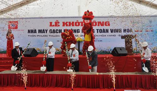 le khoi cong nha may gach tai