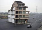 Cảnh tượng nhà nằm giữa đường, phố ở Trung Quốc