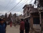 Nhà cửa biến dạng sau trận động đất 7,9 độ Richter ở Nepal