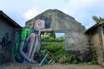 Những bức tường sửa mới khiến người đi đường tò mò