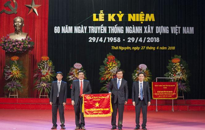 Ngành Xây dựng Thái Nguyên nhận Cờ đơn vị dẫn đầu phong trào thi đua của Bộ Xây dựng