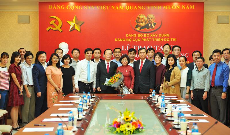 Trao Huy hiệu 30 năm tuổi Đảng cho Thứ trưởng Phan Thị Mỹ Linh