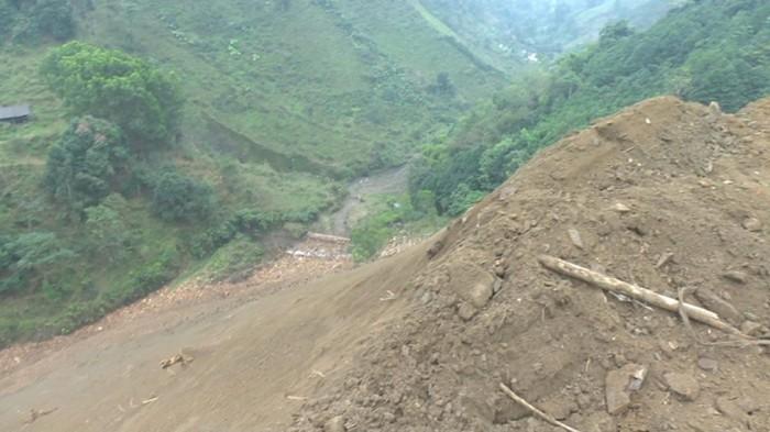 Bắc Kạn: Có dung túng cho hành vi đổ thải xây dựng tràn lan?
