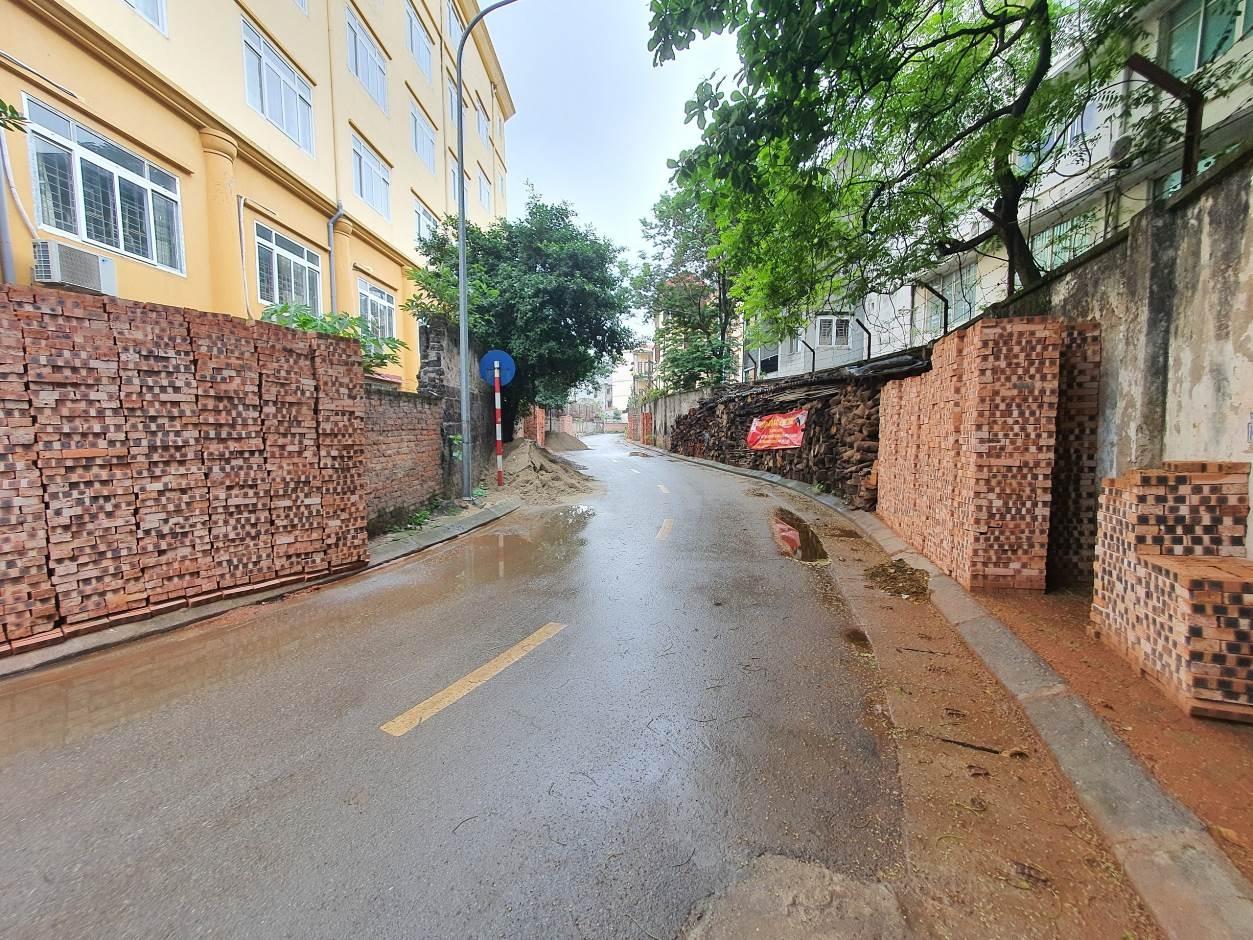 """Hai Bà Trưng (Hà Nội): Vật liệu xây dựng """"nuốt"""" đường đi của người dân"""