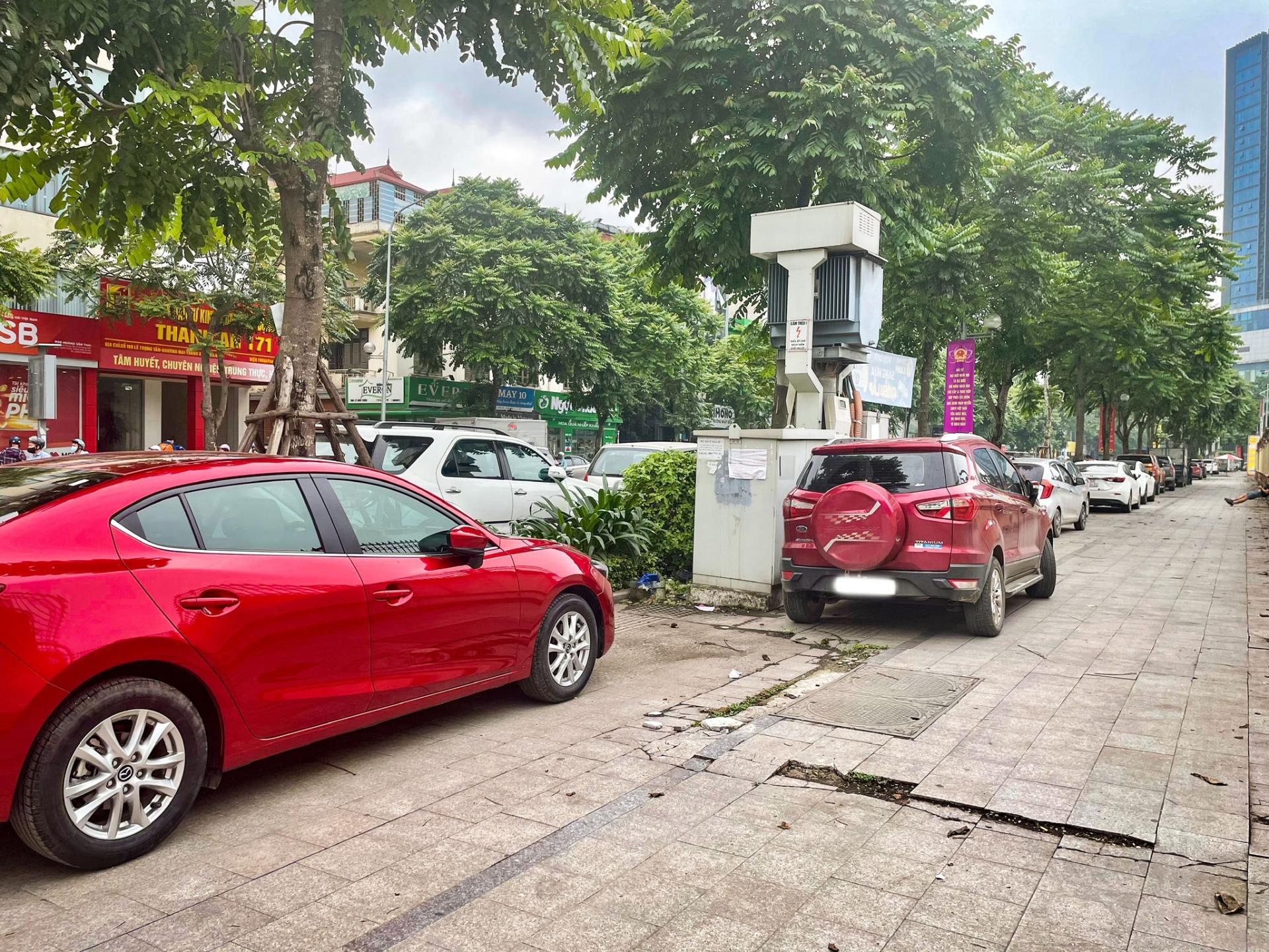 Hà Nội: Phương tiện giao thông đậu, đỗ lên vỉa hè khiến đá lát vỡ nát, xuống cấp