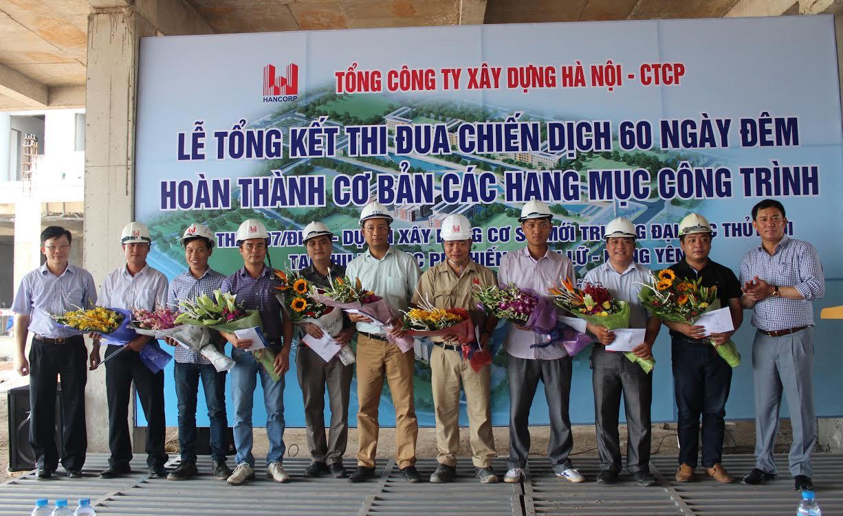 Lãnh đạo Hancorp và lãnh đạo Trường ĐHTL lên tặng hoa cho các đơn vị thi công