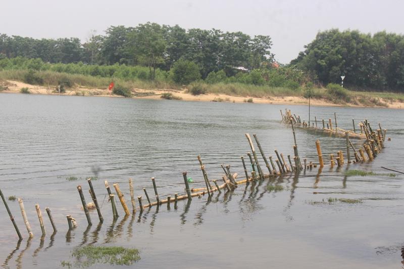 Thừa Thiên - Huế: Dân đóng cọc tre ngang sông Bồ để phản đối cát tặc