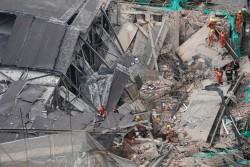 Khung cảnh tan hoang vụ sập tòa nhà ở Thượng Hải
