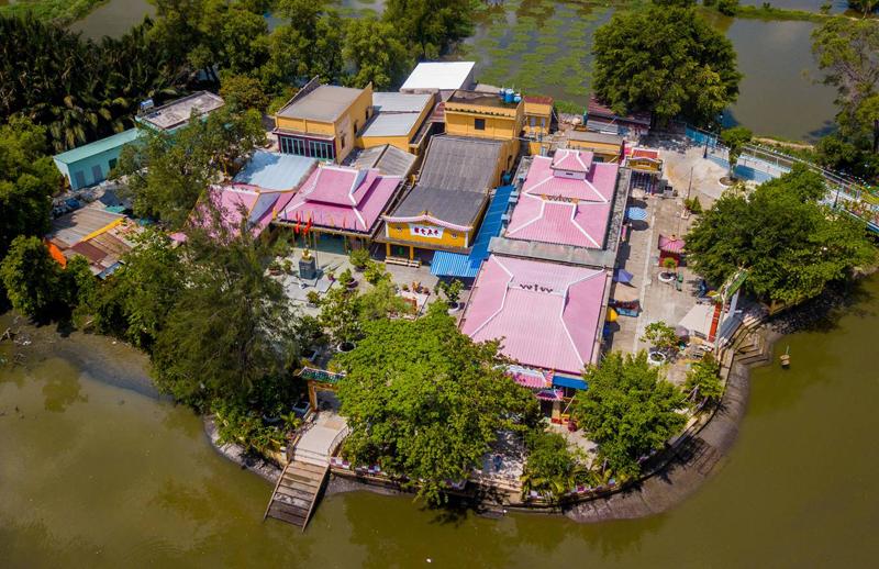 Ngôi đình hơn 150 tuổi nằm giữa dòng kênh ở Sài Gòn