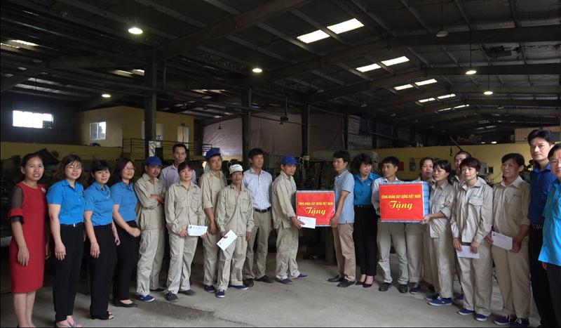 Công đoàn Xây dựng Việt Nam thăm hỏi, tặng quà công nhân lao động Cty CP Khóa Minh Khai