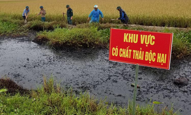 300 tấn bùn đất nhiễm chất thải độc hại trên mương nước ở Hải Phòng