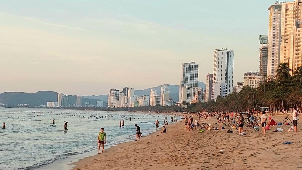 Khánh Hòa: Cho phép người dân và du khách tắm biển trở lại