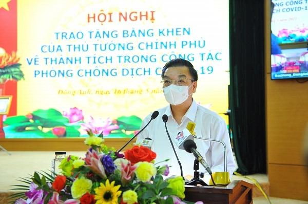 Chủ tịch UBND TP Hà Nội Chu Ngọc Anh thừa ủy quyền trao tặng bằng khen của Thủ tướng Chính phủ cho các tập thể, cá nhân huyện Đông Anh