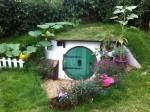 Chàng trai xây căn nhà xanh mướt dưới hố trồng cây
