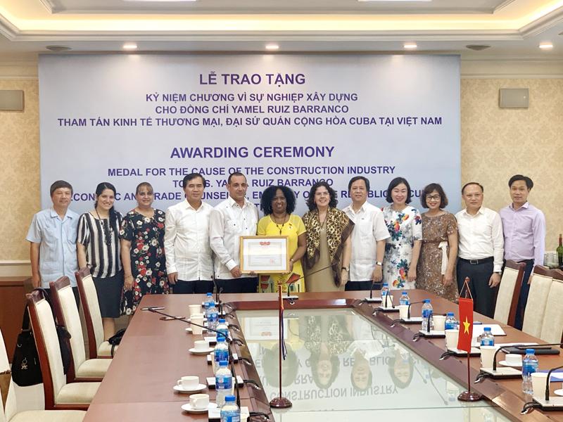 Trao Kỷ niệm chương vì sự nghiệp xây dựng cho Tham tán kinh tế thương mại Đại sứ quán Cuba tại Việt Nam