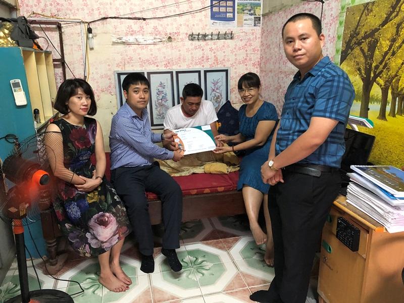 Báo Xây dựng ủng hộ gia đình khó khăn là Đoàn viên Công đoàn Báo