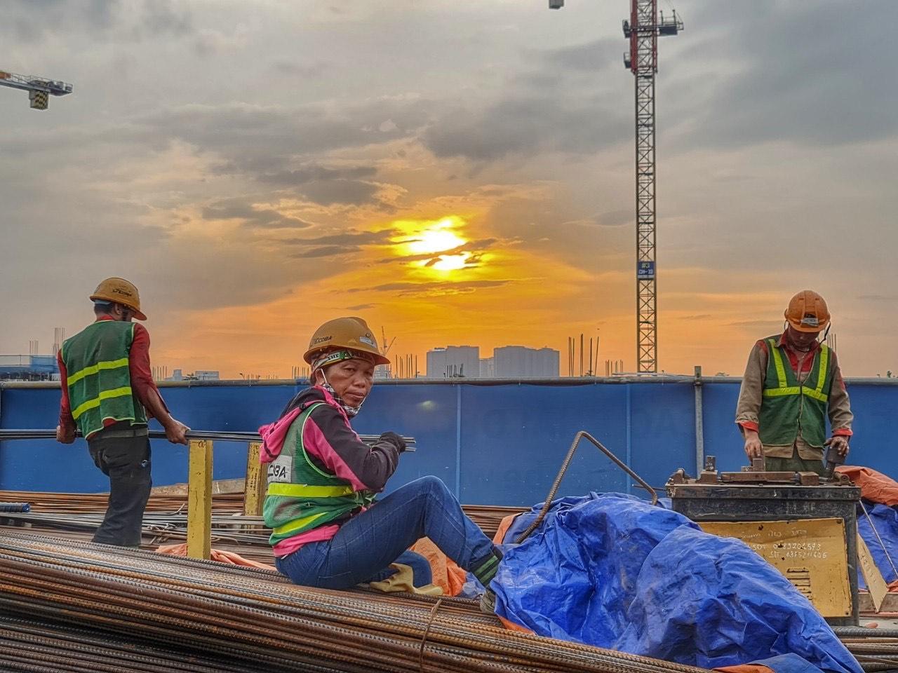 """Công nhân xây dựng """"oằn mình"""" làm việc giữa trời nắng hơn 40 độ C"""