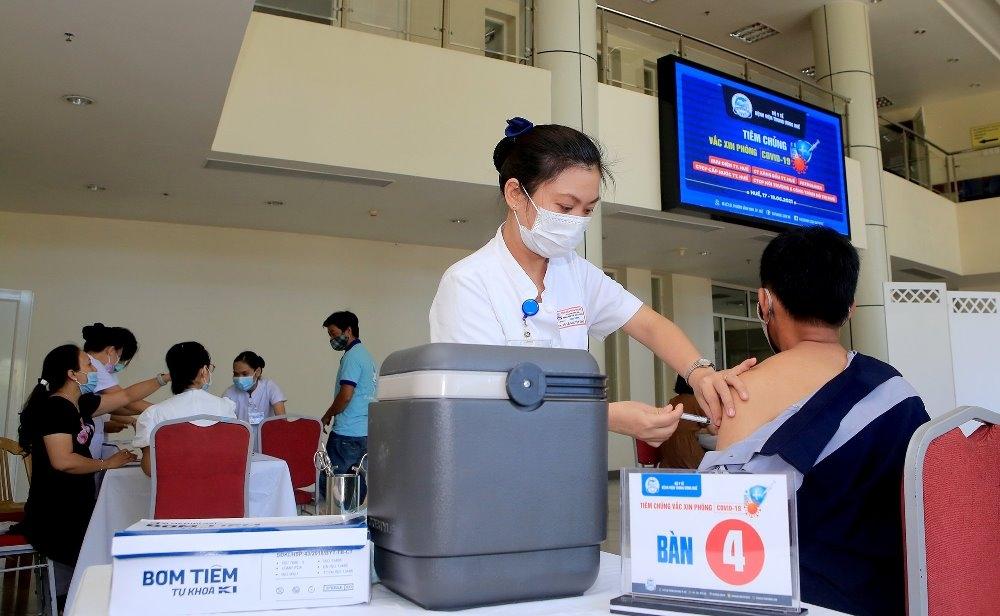 Bệnh viện Trung ương Huế tổ chức tiêm chủng vắc xin Covid-19