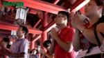 Sỹ tử cố ném tiền vào rùa Văn Miếu để cầu may