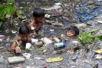 Trẻ em lặn dưới sông bẩn để vớt rác ở Philippines