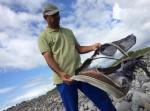 Tìm thấy vali gần nơi phát hiện mảnh vỡ máy bay nghi của MH370