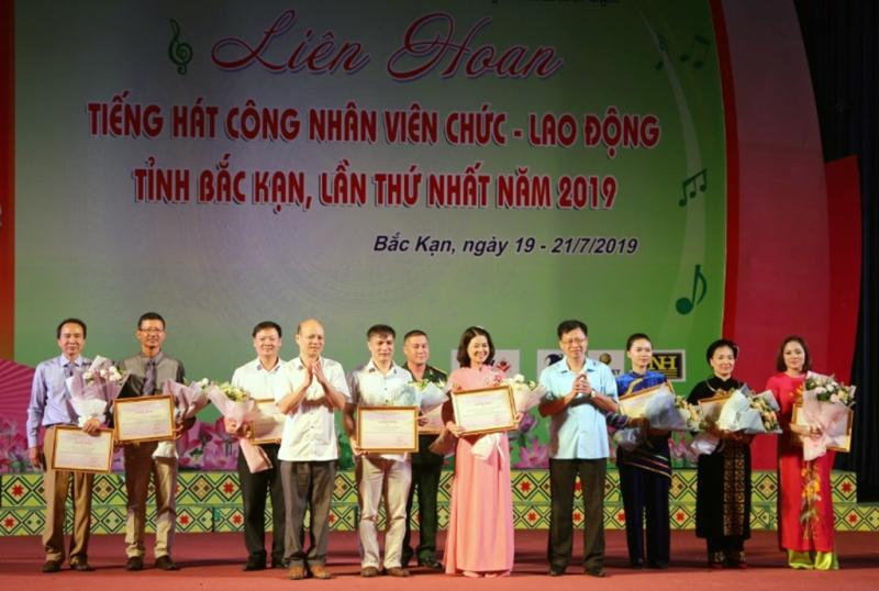 Bắc Kạn: Tặng Bằng khen cho 20 tập thể, cá nhân nhân dịp kỷ niệm 90 năm ngày thành lập Công đoàn Việt Nam