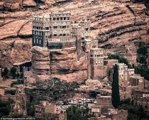 cung dien 100 nam tuoi xay tren cot da thang dung o yemen