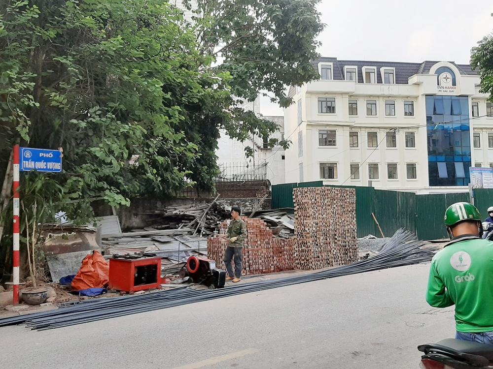 Cầu Giấy (Hà Nội): Nhiều công trình xây dựng lấn chiếm vỉa hè làm nơi để vật liệu