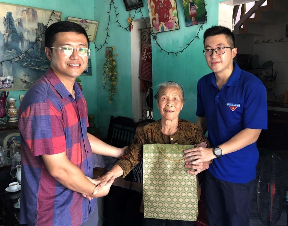 Đoàn Thanh niên Bộ Xây dựng tặng quà, thăm hỏi gia đình chính sách nhân kỷ niệm 73 năm ngày Thương binh liệt sỹ