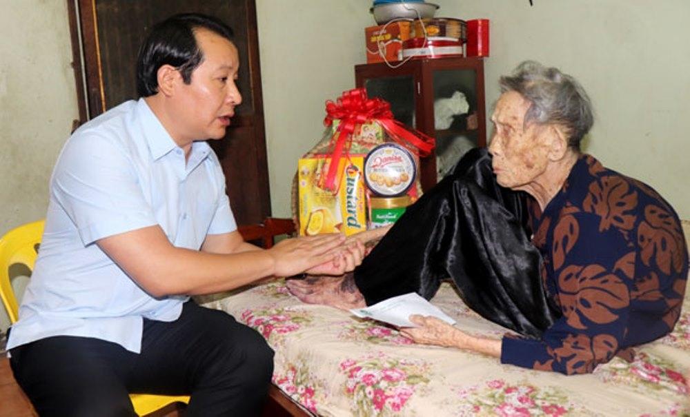 Vĩnh Phúc: Thăm, tặng quà Mẹ Việt Nam anh hùng, gia đình người có công với cách mạng