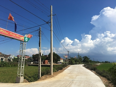 """Quảng Bình: Di dời các cột điện """"mọc"""" giữa đường"""