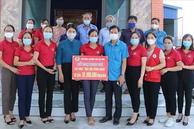 LĐLĐ Hưng Hà (Thái Bình) trao kinh phí hỗ trợ đoàn viên xây nhà mái ấm