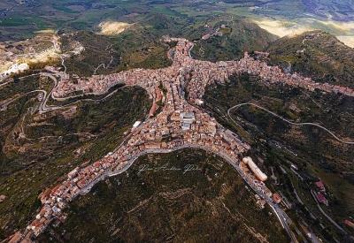 Ngôi làng có hình dáng kỳ lạ nhất thế giới