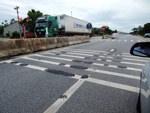 """Hà Tĩnh: Cần làm rõ nguyên nhân xuất hiện nhiều """"hố lạ"""" trên Quốc lộ 1A"""