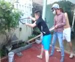 Thanh niên dùng gậy bắt rắn dài 2m bò vào sân nhà