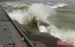 Sóng khổng lồ đập vào đê chắn ở Trung Quốc, du khách bỏ chạy