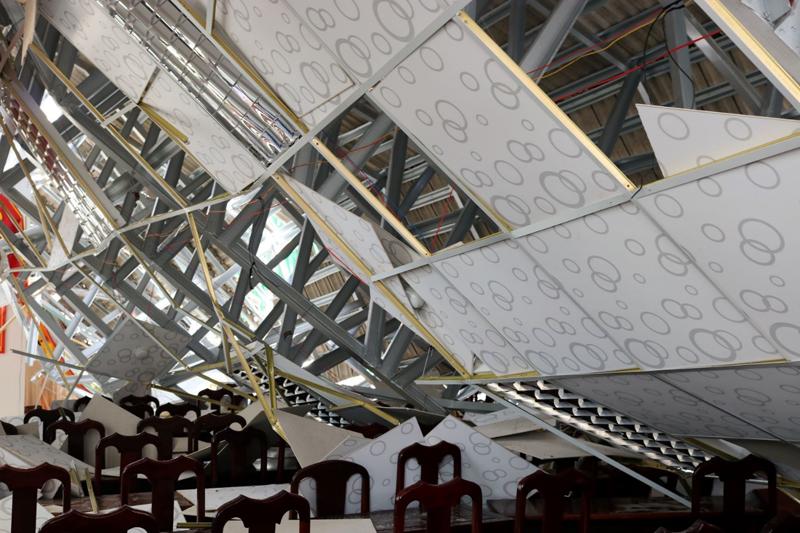 Hậu Giang: Sập hội trường UBND thị trấn Ngã Sáu do kèo thép bị biến dạng
